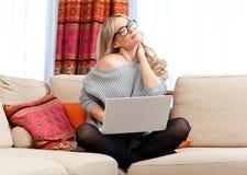 Atrakcyjna kobieta z laptopem ma szyja ból zdjęcia royalty free
