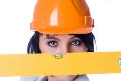 Atrakcyjna kobieta z pomiarowym poziomem Ostrość na narzędziu Fotografia Stock