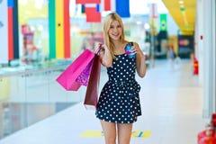 Atrakcyjna kobieta z torba na zakupy i kredytowymi kartami Zdjęcie Royalty Free