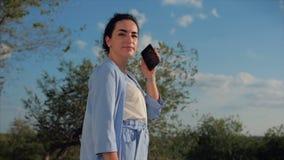 Atrakcyjna kobiety brunetka w Błękitnym kostiumu Z używa telefon komórkowy Biznesowej kobiety use telefon kom?rkowy zdjęcie wideo