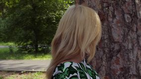 Atrakcyjna kobiety macania barkentyna sosna z ręką wokoło i odprowadzeniem zbiory wideo