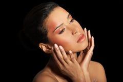 Atrakcyjna kobiety twarz z jej rękami zamkniętymi. Obraz Royalty Free