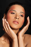 Atrakcyjna kobiety twarz z jej rękami zamkniętymi. Obraz Stock