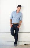 Atrakcyjna męska moda modela pozycja przeciw biel ścianie outdoors Zdjęcie Royalty Free