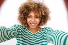 Atrakcyjna młoda amerykanin afrykańskiego pochodzenia kobieta bierze selfie zdjęcia royalty free