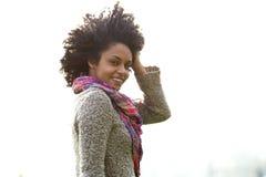 Atrakcyjna młoda amerykanin afrykańskiego pochodzenia kobieta z ręką w włosy Obraz Royalty Free