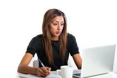 Atrakcyjna młoda azjatykcia indyjska nastoletnia kobieta, studiuje z lapto Zdjęcia Stock
