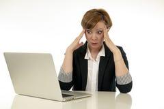 Atrakcyjna młoda biznesowa kobieta pracuje na jej komputerze stresującym się, męczącym i przytłaczającym, Zdjęcie Royalty Free