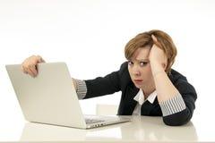 Atrakcyjna młoda biznesowa kobieta pracuje na jej komputerze stresującym się, męczącym i przytłaczającym, Obraz Royalty Free
