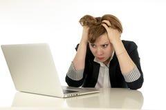 Atrakcyjna młoda biznesowa kobieta pracuje na jej komputerze stresującym się, męczącym i przytłaczającym, gniewny Zdjęcia Royalty Free
