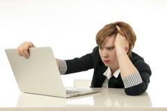 Atrakcyjna młoda biznesowa kobieta pracuje na jej komputerze stresującym się, nieszczęśliwym, i przytłaczającym Zdjęcia Royalty Free