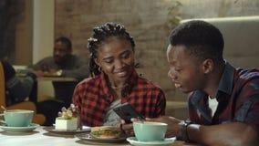 Atrakcyjna młoda czarna para w bufecie zdjęcie wideo