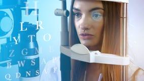 Atrakcyjna młoda dorosła blondynki kobieta przy przyszłościową kliniką sprawdza jej wzrok zbiory