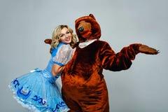 Atrakcyjna młoda dziewczyna i niedźwiedź Zdjęcie Royalty Free