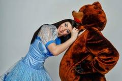 Atrakcyjna młoda dziewczyna i niedźwiedź Fotografia Royalty Free
