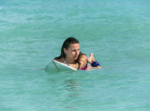 Atrakcyjna młoda dziewczyna na surfboard w oceanie Zdjęcia Royalty Free
