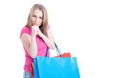 Atrakcyjna młoda dziewczyna na zakupy pokazuje pięści i broni on Obraz Stock
