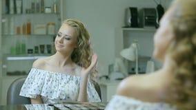 Atrakcyjna młoda dziewczyna ono cieszy się po makeup zbiory