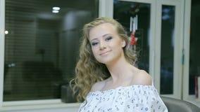 Atrakcyjna młoda dziewczyna ono cieszy się po makeup zbiory wideo