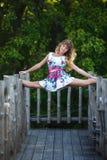 Atrakcyjna młoda dziewczyna robi rozłamów ćwiczeniom Zdjęcia Royalty Free