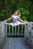 Atrakcyjna młoda dziewczyna robi rozłamów ćwiczeniom Fotografia Stock