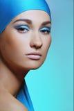 Atrakcyjna młoda dziewczyna w błękitnym szaliku z zdrowie skórą twarz i jaskrawy makeup obrazy royalty free