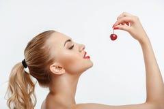 Atrakcyjna młoda dziewczyna z słodką czerwoną jagodą Zdjęcie Stock