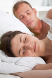 Atrakcyjna młoda kobieta śpi pokojowo w łóżku fotografia royalty free