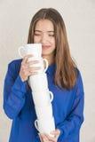 Atrakcyjna młoda kobieta balansuje stos filiżanki Zdjęcie Stock