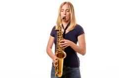 Atrakcyjna młoda kobieta bawić się treble saksofon Fotografia Stock