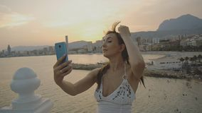Atrakcyjna młoda kobieta bierze selfie z smartphone Kaukaska kobieta robi jaźń portreta wideo z telefonem lub fotografii zbiory wideo