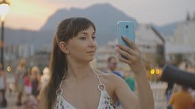 Atrakcyjna młoda kobieta bierze selfie z smartphone Kaukaska kobieta robi jaźń portreta wideo z telefonem lub fotografii zbiory