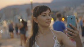 Atrakcyjna młoda kobieta bierze selfie z smartphone Kaukaska kobieta robi jaźń portreta wideo z telefonem lub fotografii dalej zbiory wideo
