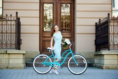 Atrakcyjna młoda kobieta cieszy się jadący jej bicykl obraz stock