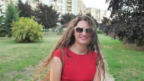Atrakcyjna młoda kobieta cieszy się swoim czasem poza parkiem z zachodem słońca w tle zbiory