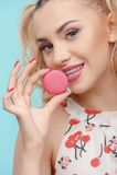 Atrakcyjna młoda kobieta jest smacznym słodkim cukierkiem zdjęcie stock