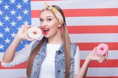 Atrakcyjna młoda kobieta kocha słodkiego ciasto Obrazy Stock