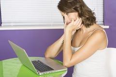 Atrakcyjna młoda kobieta Kontempluje Decydować Używać laptop Obrazy Royalty Free