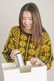 Atrakcyjna młoda kobieta ma zabawy przetwarzać zdjęcia stock