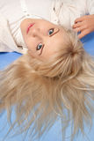 Atrakcyjna młoda kobieta na błękitnym tle obrazy stock