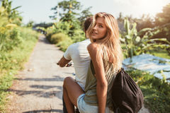 Atrakcyjna młoda kobieta na rowerze z jej chłopakiem zdjęcia royalty free