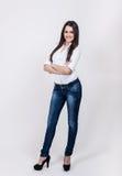 Atrakcyjna młoda kobieta nad szarym tłem Zdjęcia Stock