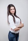 Atrakcyjna młoda kobieta nad szarym tłem Zdjęcie Royalty Free