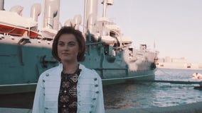 Atrakcyjna młoda kobieta ono uśmiecha się przed starym pancernika muzeum w lato sukni zbiory