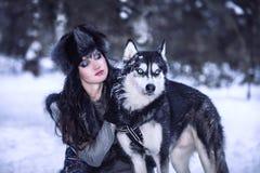 Atrakcyjna młoda kobieta patrzeje husky psa obraz royalty free