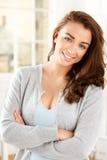 Atrakcyjna młoda kobieta patrzeje kamerę i ono uśmiecha się Zdjęcia Royalty Free