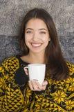 Atrakcyjna młoda kobieta pije filiżankę gorąca herbata obrazy royalty free