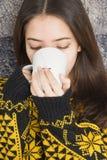 Atrakcyjna młoda kobieta pije filiżankę gorąca herbata zdjęcie stock