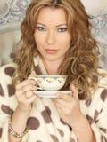 Atrakcyjna młoda kobieta Pije herbaty w łóżku obrazy royalty free