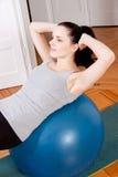 Atrakcyjna młoda kobieta podnosi robić siedzi Zdjęcie Stock